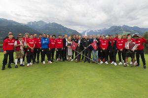 """BILD zu TP/OTS - Mannschaftsfoto von Bayer 04 Leverkusen auf der neu gewidmeten """"Werkself""""-Bahn im Golfclub Zell am See-Kaprun mit dem Kitzsteinhorn im Hintergrund."""