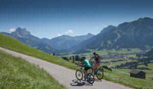 BILD zu TP/OTS - Ab sofort stehen den GŠsten des beliebten 4-Sterne-Hauses Schwarzer Adler im Tannheimer Tal mehrere hochqualitative E-Bikes und E-Mountainbikes mit 100 Kilometern Reichweite zum Verleih zur VerfŸgung.